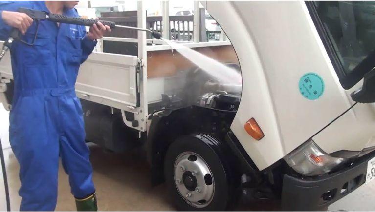 修理工場のエンジン・足回りの洗浄