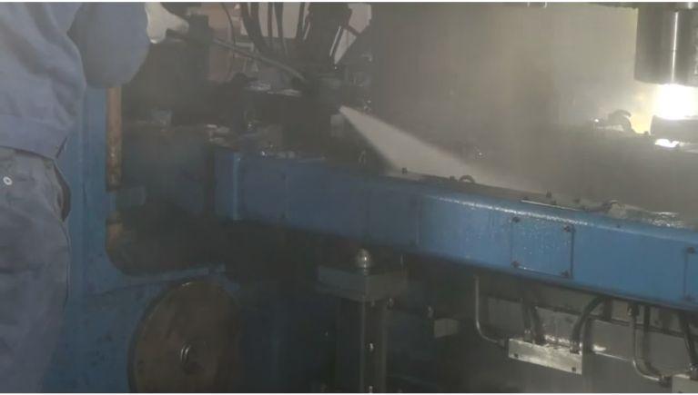 部品製造工場の機械設備の洗浄