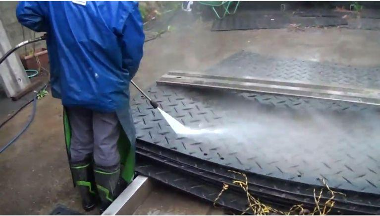 養生敷板の洗浄