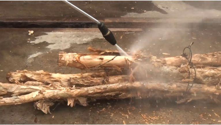 木材の皮剥ぎと洗浄