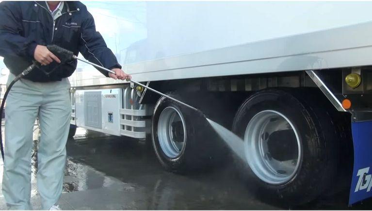 大型トラックなどの運搬車両の洗浄