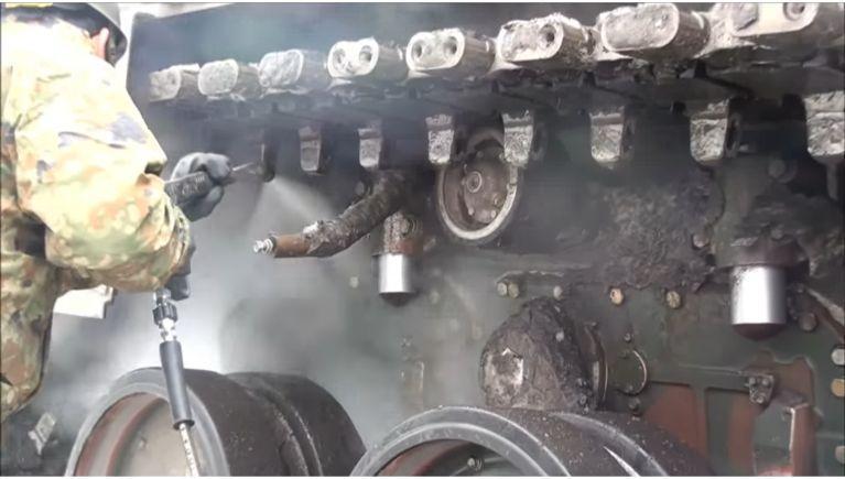 戦車の足回り(クローラ)の洗浄
