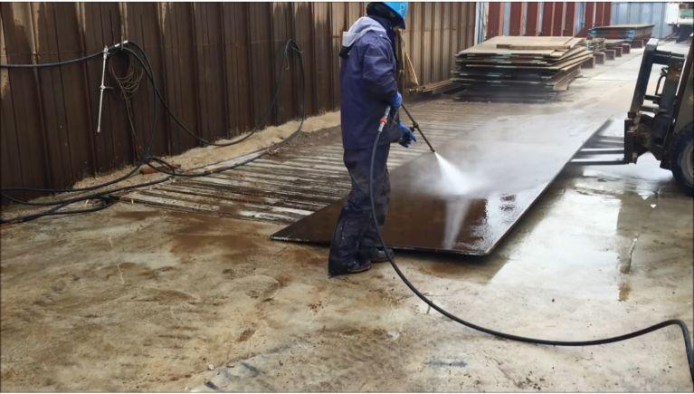 敷鉄板の洗浄