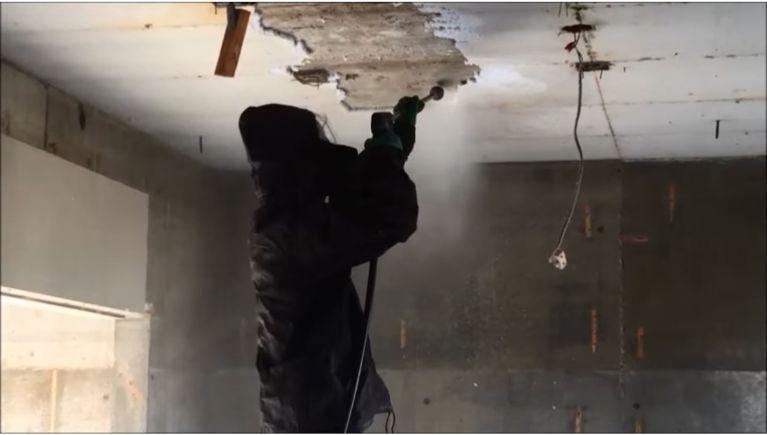 内装解体現場の断熱材(スタイロフォーム)の除去