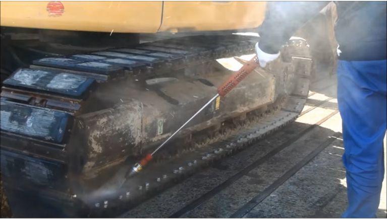 建設機械・重機の固着した土砂、合材等の洗浄