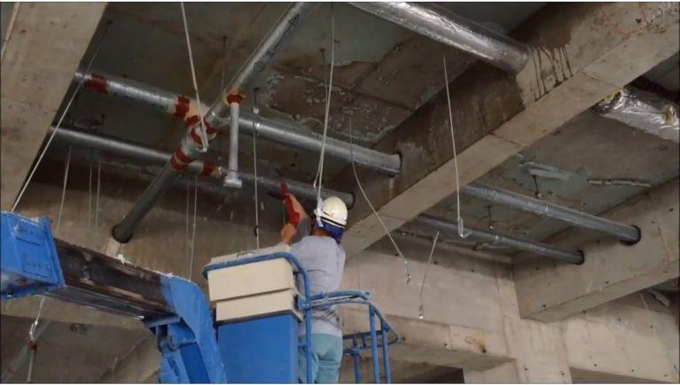 大型内装解体現場の断熱材(スタイロフォーム)の除去