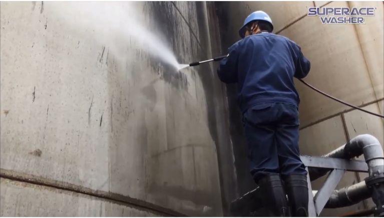 汚泥処理タンクの壁面洗浄