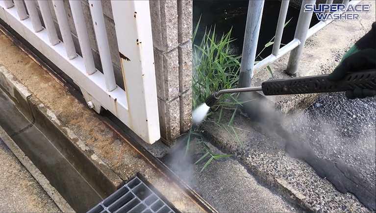 除草作業に温水高圧洗浄機?