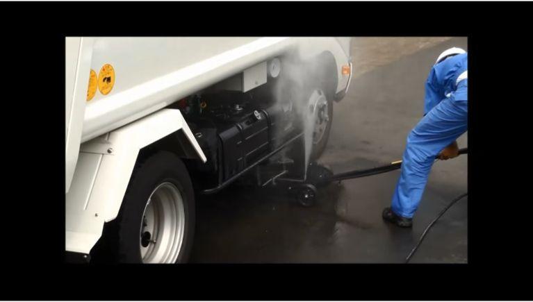 カーシャーシクリーナーで車体の底部を洗浄